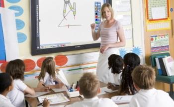 Klassenzimmer mit Monitor, Digitale Tafel